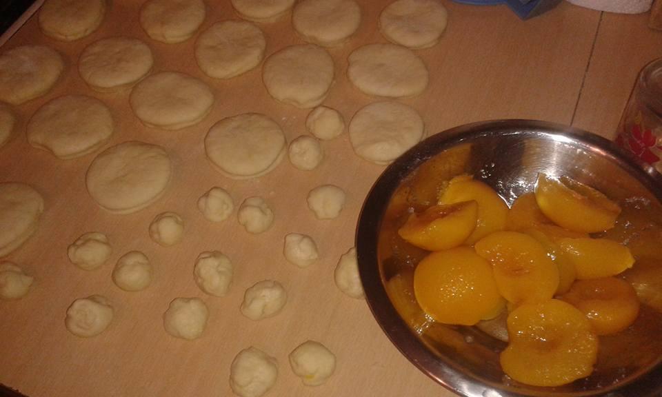 Kolač sa breskvama i jabukama